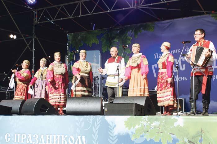 Конкурсанты фестиваля – ансамбль «Золотые узоры» из Чернухи