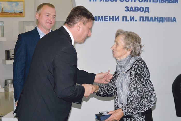 А. Данько и О. Лавричев вручают памятную медаль вдове П. Пландина Тамаре Петровне