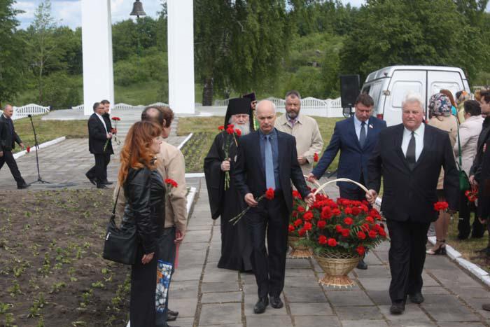 Участие в траурной церемонии приняли представители городской и районной администраций, митрополии, областного правительства