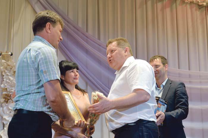 В.И. Демин вручает благодарственное письмо супругам Денисовым
