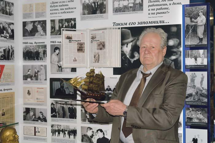 В. Пучков в музее истории АПЗ у экспозиции, посвященной талантливому руководителю-промышленнику