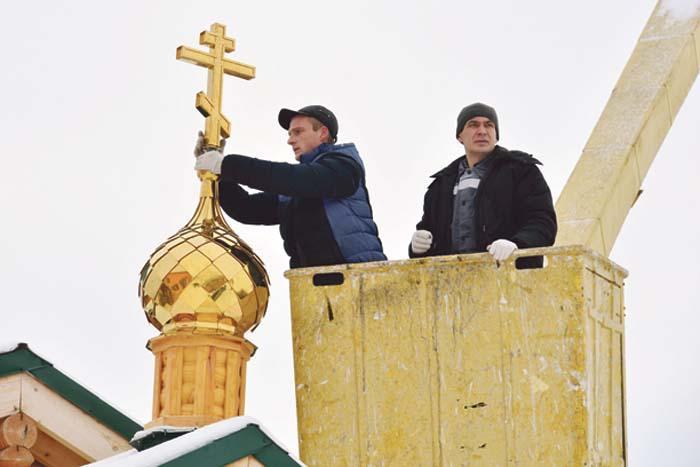На новую часовню в Сельхозтехнике поднимают кресты