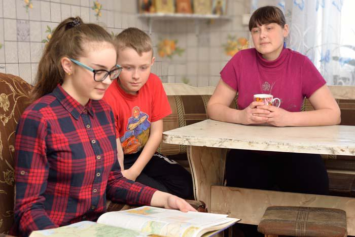 Ю.О. Мещакова (р.п. Выездное) с детьми Женей и Настей
