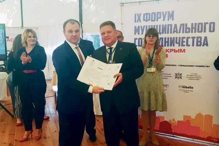 Вручение сертификата В.И. Демину