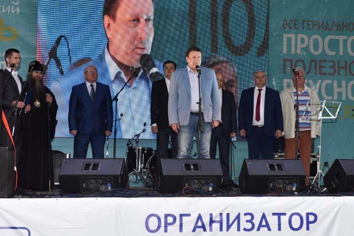 Главный организатор праздника О. Лавричев приветствует гостей фестиваля