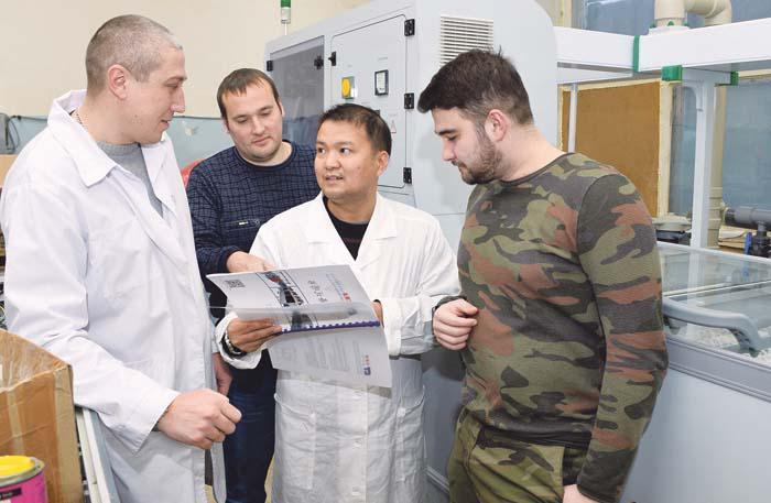 Специалисты АПЗ и их китайские коллеги обсуждают работу нового оборудования