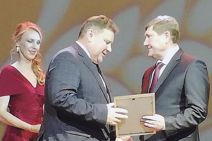 Министр сельского хозяйства и продовольственных ресурсов Н.К. Денисов вручает Почетный диплом В.И. Демину