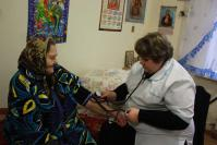 Одна из старейших жителей дома-интерната А.Л. Калиниченко и медсестра О.В. Климина