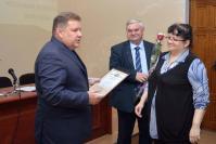 Руководители района вручают награду координатору организации и проведения государственной итоговой аттестации И.В. Зубковой